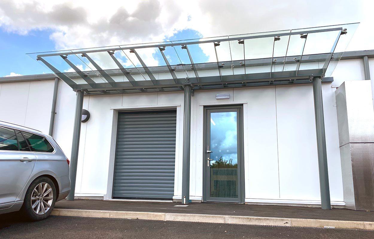 Stoke-Mandeville-Glass-entrance-canopies-by-Fordingbridge